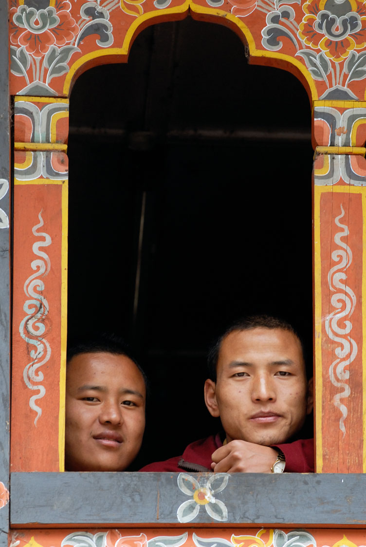 SB06329-Monks-looking-at-tourists-.jpg
