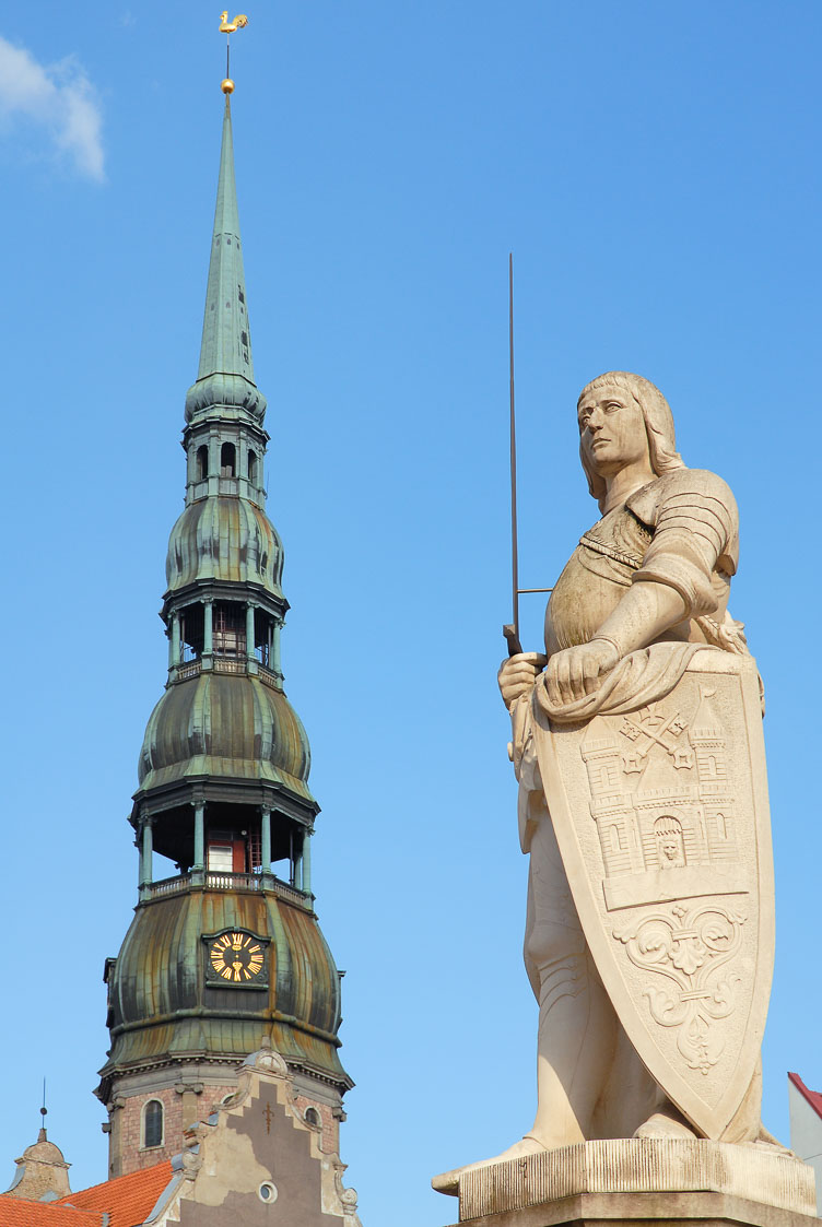 LE080102-Riga-St-Peters-Church-and-Roland-statue-.jpg