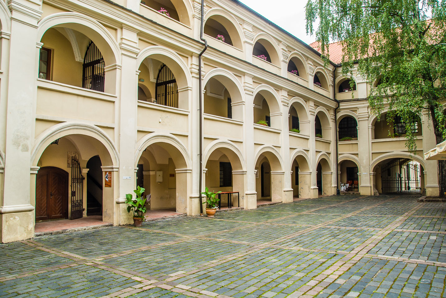 LI080127-The-Alumnatas-Courtyard-in-Vilnius.jpg