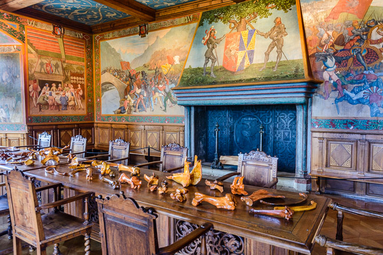 _D8C5790-Chateaux-Gruyeres-knights-room.jpg