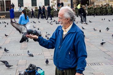 CO150116E-Bogota–feeding-pigeons-on-cathedral-square.jpg
