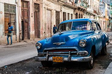 CU120042-EditE-Classic-car-in-Centro-Havana.jpg