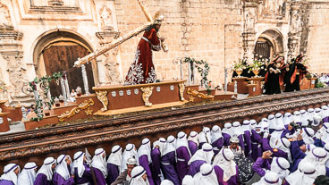 AN120244-Edit-Procession-in-front-of-the-Santa-Clara-convent_v1.jpg