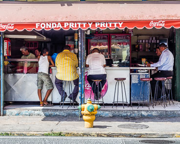 PA150056E-panama-city-at-lunch-in-Casco-Viejo_v1.jpg