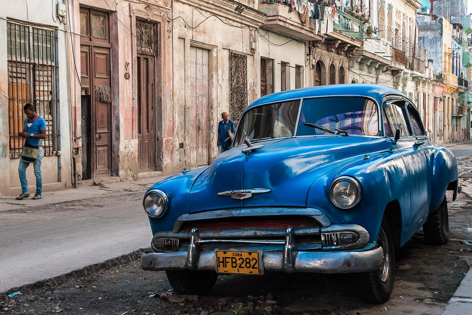 Centro Havana - Cars and decay
